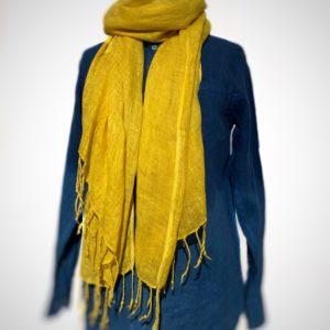 photo chèche en lin tissé à la mains et teint avec du réséda des teinturiers cultivé et teint par le champ des couleurs sur un mannequin
