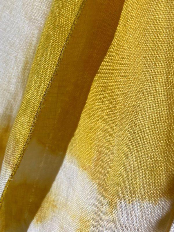 zoom matière sur une écharpe 100% pur lin , teint avec de la gaude du champ des couleurs