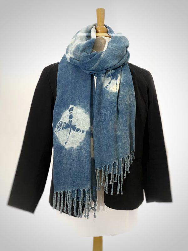 photo d'une écharpe en soie sauvage tissé à la main et teint artisanalement en indigo produit par le champ des couleurs , orné par des shiboris autour du cou d'un mannequin.