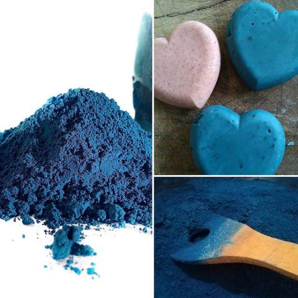montage de trois photos de bleu maya , 1 grande photo de pigment, 1 de savon turquoise et une photo de cuillère en bois dans la poudre de bleu maya