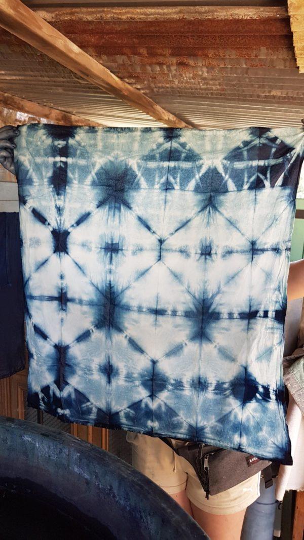 tissu teint à l'indigo, avec un motif en shibori