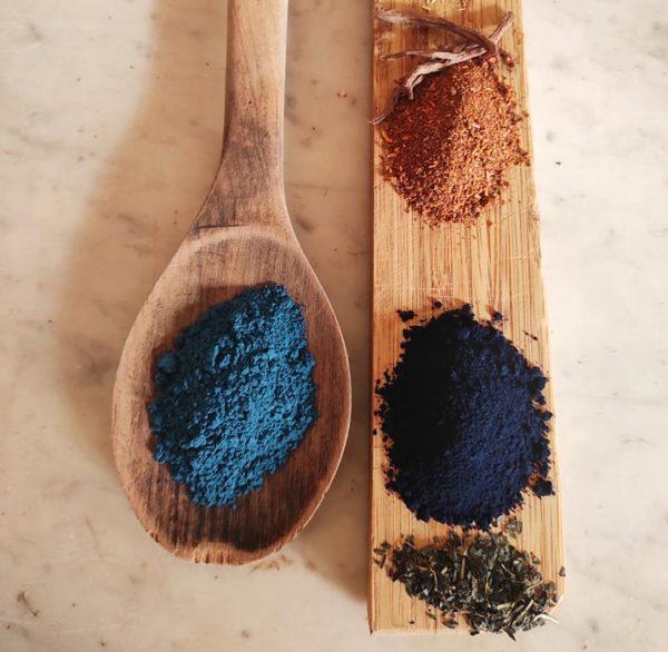 présentation de trois pigment , indigo , garance des teinturiers et bleu maya sur une planchette en bois