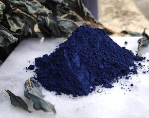 tat de poudre d'indigo bleu intense sur une plaque de marbre
